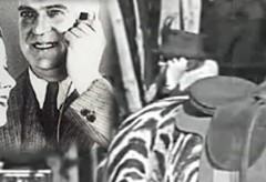 Elle parle au Cellulaire dans les années 20? – Voyageur dans le temps?